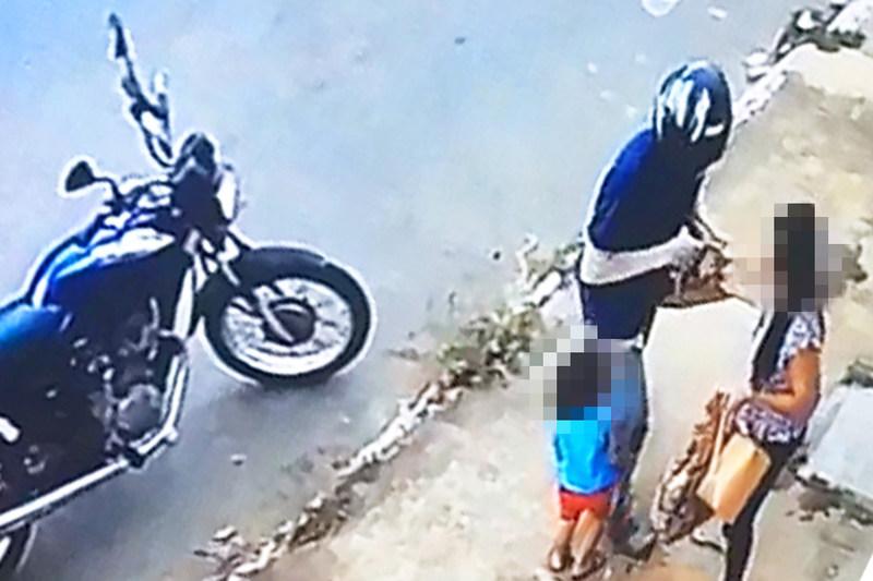 Vítima estava com uma criança quando foi assaltada | Foto: Reprodução