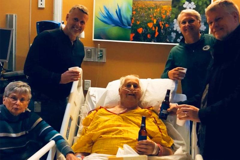 Norbert Schemm se despediu tomando uma última cerveja com os filhos | Foto: Reprodução / Adam Schemm