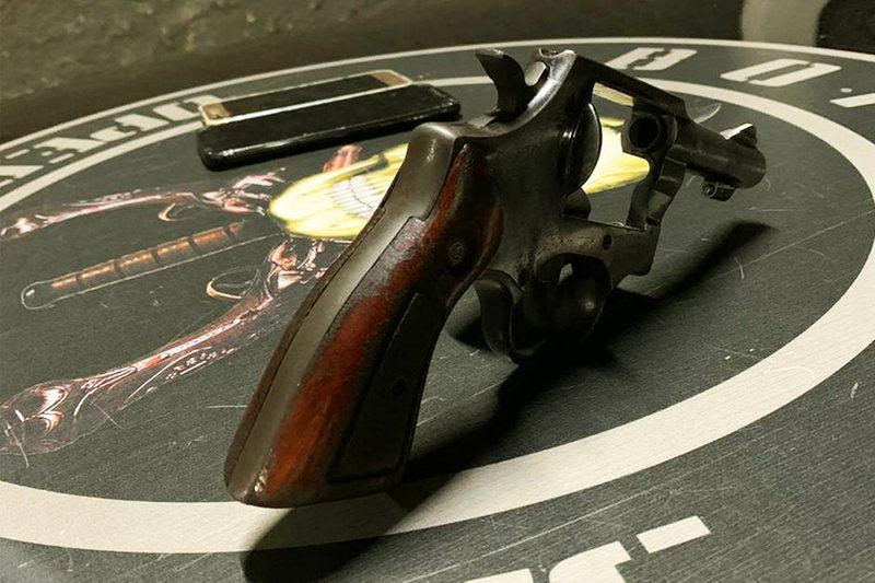 Revólver calibre 38 apreendido com os suspeitos   Foto: Divulgação / PMGO