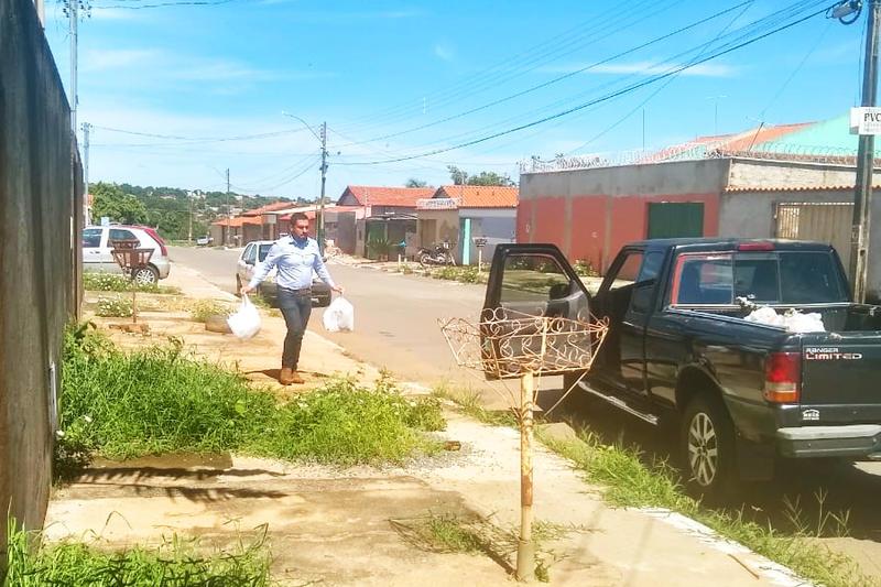 Diretor de Resíduos Sólidos Sávio Calaça recolhe lixo no Jardim Riviera | Foto: Leitor / Folha Z