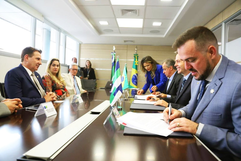 Prefeito Gustavo Mendanha e senador Vanderlan Cardoso na assinatura do empréstimo em Brasília | Foto: Lindomar Gomes