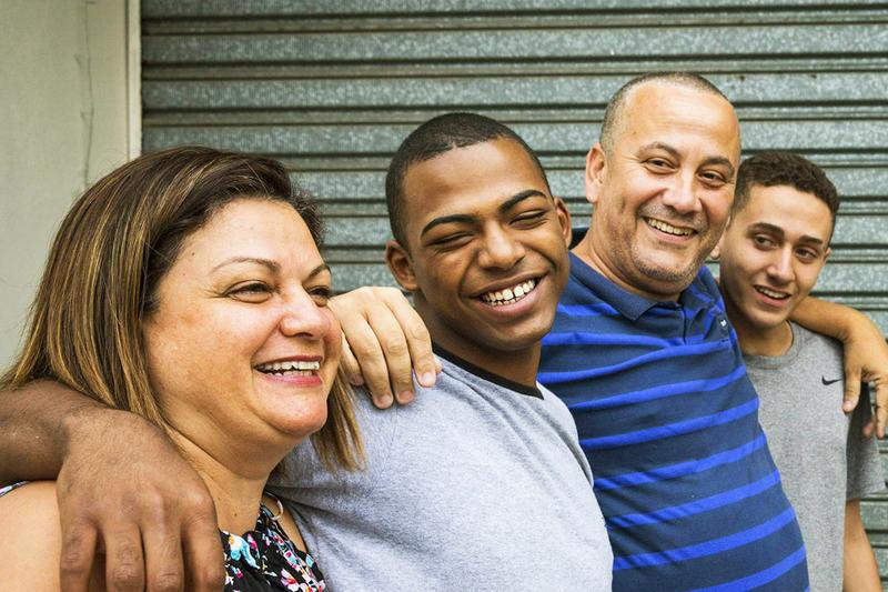 Após adoção, adolescente Vinícius Pereira (o segundo, da esq. para a dir.) com a mãe, Roseli, o pai, Taner, e o irmão, Davi, na casa onde vivem, em Sorocaba (SP) Foto: Eduardo Knapp / Folhapress
