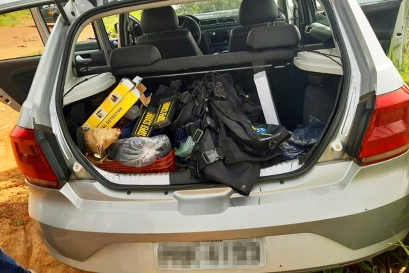 Após confronto no Jardim dos Ipês, PM apreendeu carro roubado de uma empresa de segurança, armas e munições | Foto: Divulgação / PMGO
