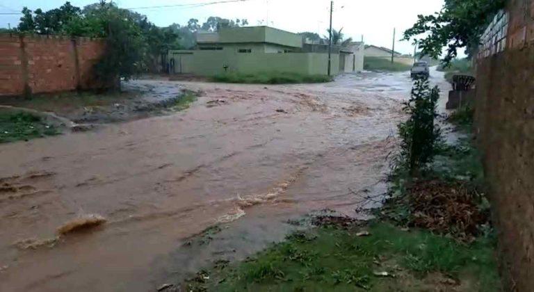 chuva transforma rua rio alaga casa Aparecida