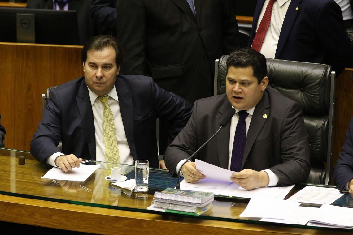 O Presidente do Congresso, Davi Alcolumbre, acompanhado do presidente da Câmara, Rodrigo Maia, preside sessão do Congresso Nacional
