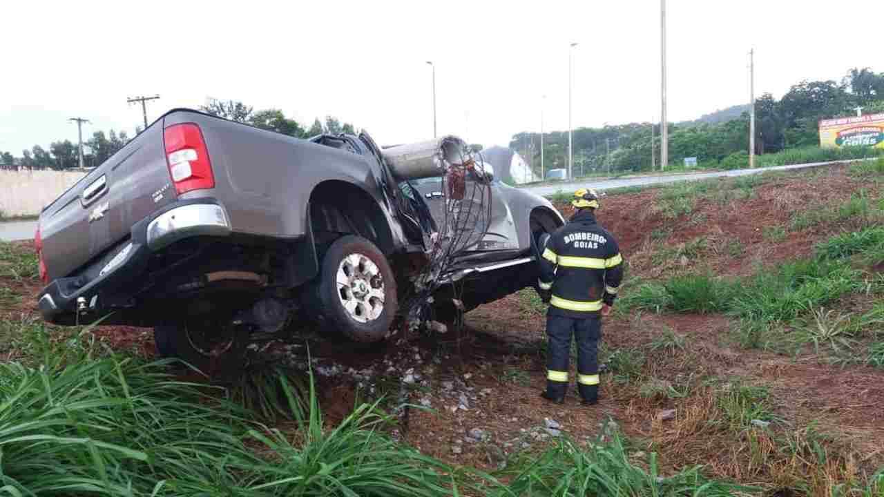 acidente carro poste Nerópolis