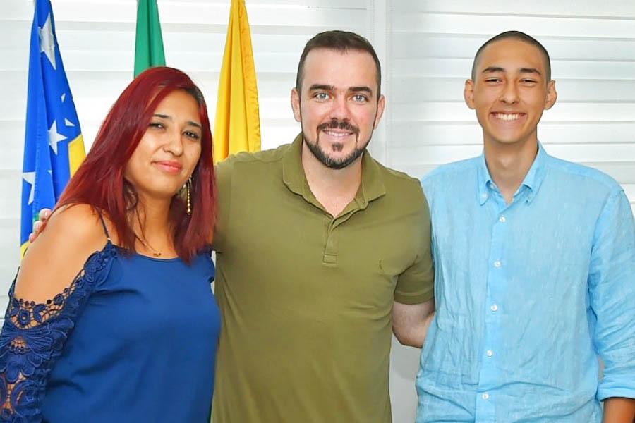 Prefeito Gustavo Mendanha recebeu o jovem Mateus Marzola e a mãe no seu gabinete nessa 3ª feira (4) | Foto: Reprodução