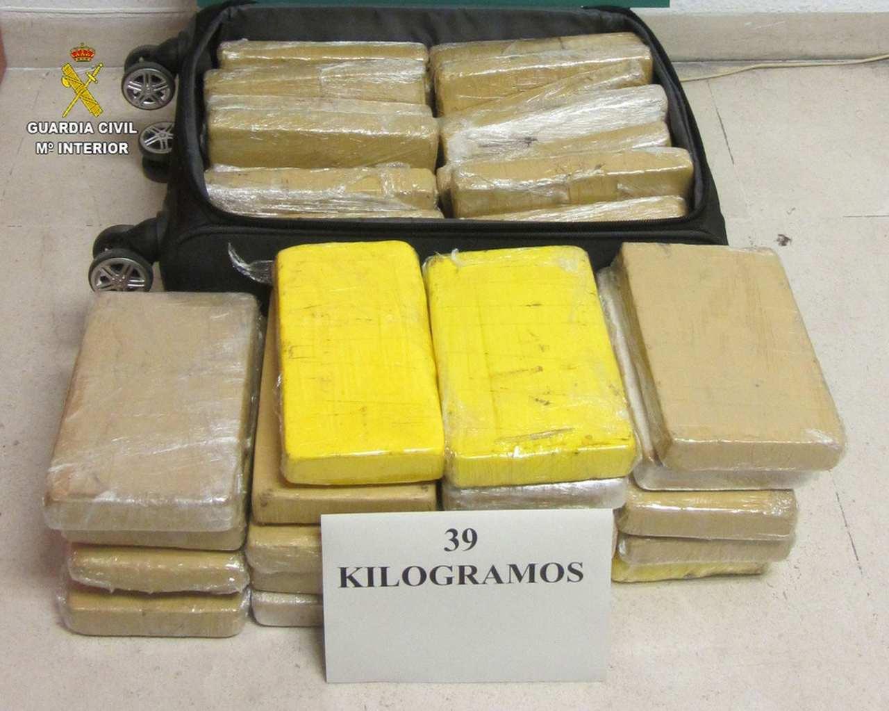 Mala e os 39 kg de cocaína apreendidas com militar da FAB preso na Espanha   Foto: Guarda Civil de Sevilla