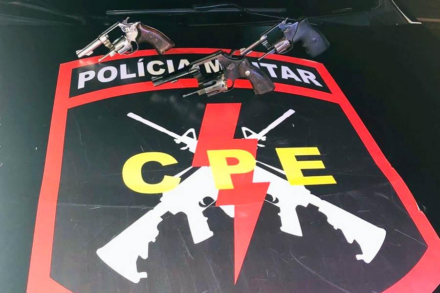 Armas foram apreendidas com os suspeitos | Foto: Divulgação / PM-GO