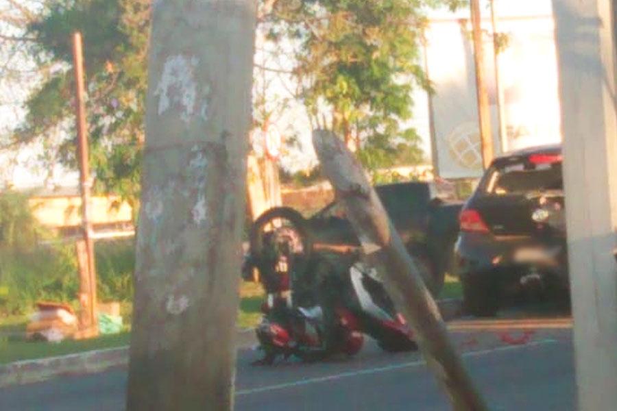 Batida ocorreu instantes depois e metros à frente do acidente que tirou a vida de 1 motociclista   Foto: Leitor / Folha Z