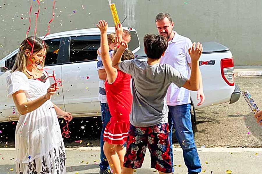Prefeito Gustavo Mendanha foi recebido pela esposa e filhos após ganhar alta em 05.mar.2020 do Hospital Santa Mônica, onde ficou internado por 9 dias | Foto: Reprodução / Instagram