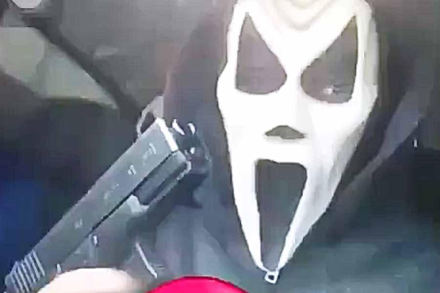 Vídeos mostram o grupo, pesadamente armado, dentro do veículo horas ante dos fatos planejando a execução   Foto: Reprodução