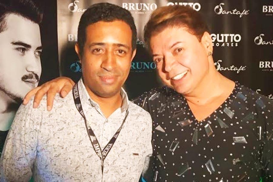 Tiago Dias, da TLP Assessoria, ressalta a importância da assessoria na carreira de cantores e talentos musicais. Na imagem, ele apareci ao lado o artista David Brazil | Foto: Divulgação