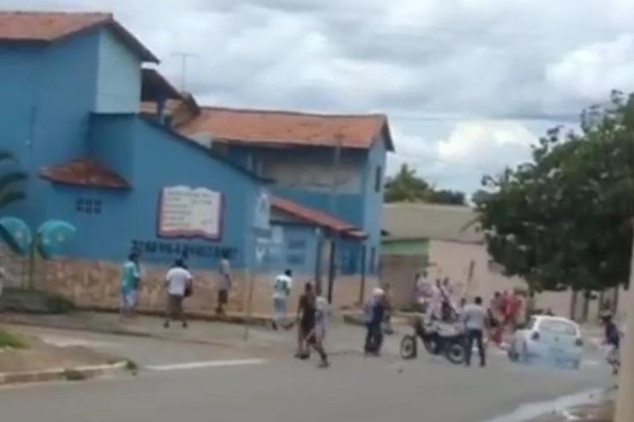 Momento em que torcedor do Vila Nova é atropelado no Setor Caraíbas   Foto: Leitor / FZ