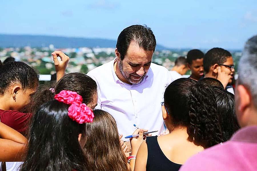 Um dos primeiros compromissos de Veter como prefeito foi receber crianças da Escola Municipal Guiomar Rosa de Oliveira, do Jd. Maria Inês, no gabinete da Prefeitura de Aparecida | Foto: Reprodução / Instagram