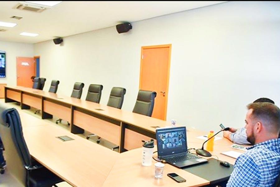 Prefeito de Aparecida, Gustavo Mendanha, em reunião por videoconferência com representantes dos poderes em Goiás | Foto: Reprodução/Instagram