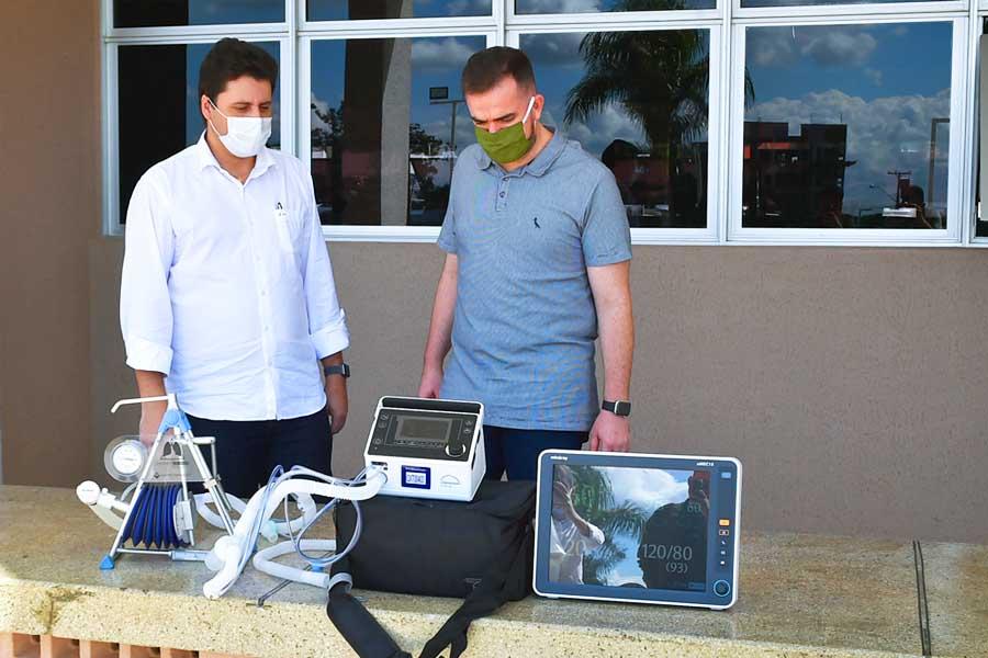 Prefeito Gustavo Mendanha e secretário de Saúde Alessandro Magalhães entregaram na manhã desta 5ª feira (14), 20 novos respiradores mecânicos e monitores para o Hospital Municipal de Aparecida (HMAP) | Foto: Rodrigo Estrela