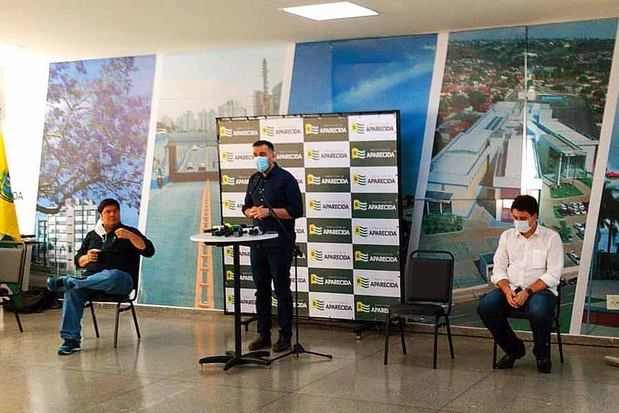 Prefeito Gustavo Mendanha e secretários André Rosa (Fazenda) e Alessandro Magalhães (Saúde) explicam plano de escalonamento de Aparecida de Goiânia | Foto: Folha Z