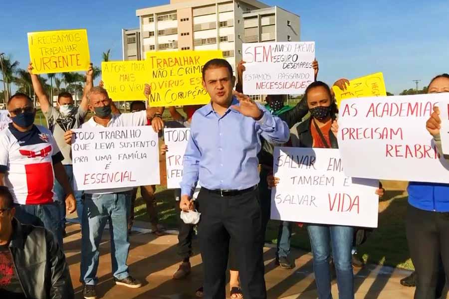 Com o apoio do deputado estadual Cairo Salim, feirantes protestaram em frente à Prefeitura de Aparecida   Foto: Reprodução