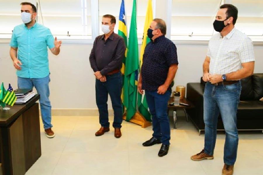 Senador Vanderlan Cardoso (PSD) esteve na Prefeitura de Aparecida | Foto: Reprodução