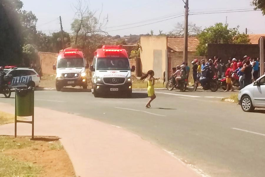Ambulâncias do Samu e aglomeração no local do confronto | Foto: Leitor/FZ