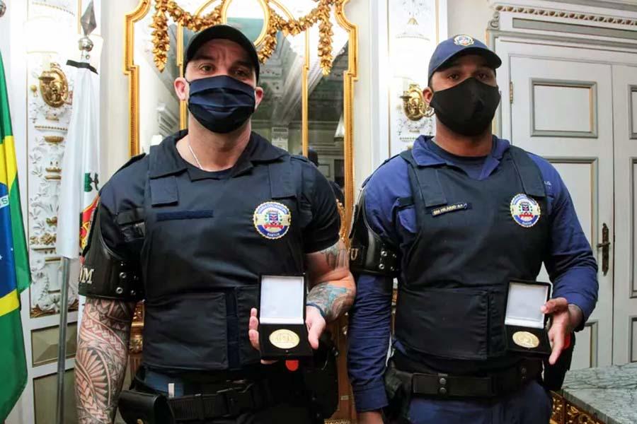 Guardas municipais ofendidos por desembargador receberam medalha de honra ao mérito | Foto: Susan Hortas/Prefeitura de Santos