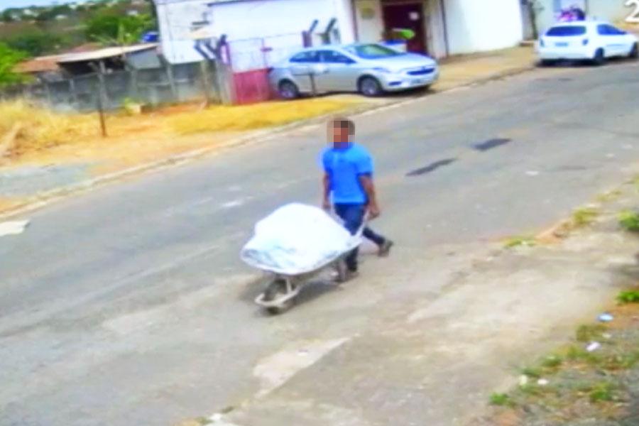 Homem foi filmado carregando cadáver em carrinho de mão no Veiga Jardim   Foto: Reprodução