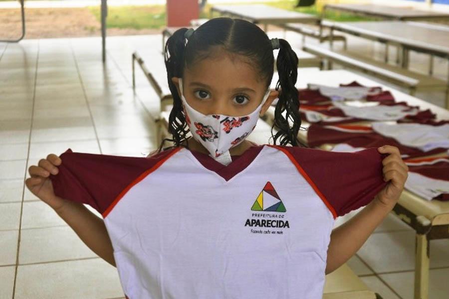Prefeitura de Aparecida distribuiu uniformes para alunos da rede municipal em junho visando a possibilidade de retorno das aulas presenciais a partir do segundo semestre   Foto: Claudivino Antunes