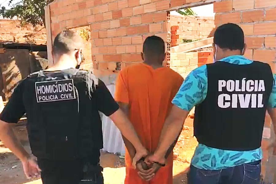 Após confissão, Hian Alves leva PC até pedaço de madeira que teria perfurado Danilo Silva | Foto: Divulgação/PC-GO