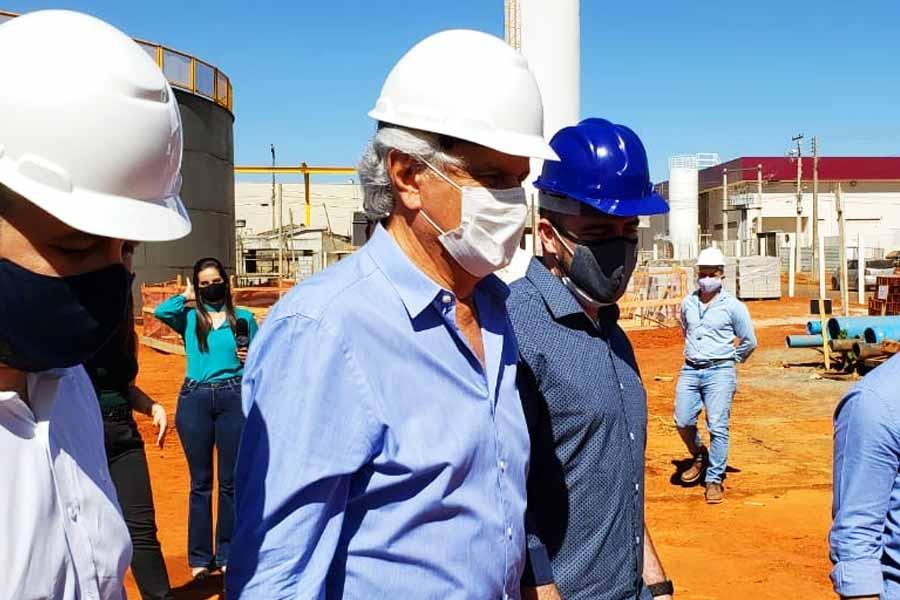 Ronaldo Caiado e Gustavo Mendanha em inspeção às obras do Linhão Central da Saneago em Aparecida de Goiânia | Foto: Folha Z