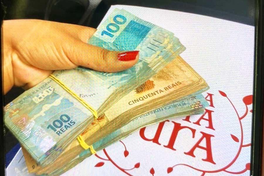 Suspeita ostentava dinheiro fruto de extorsão nas redes sociais | Foto: Divulgação/PC-GO