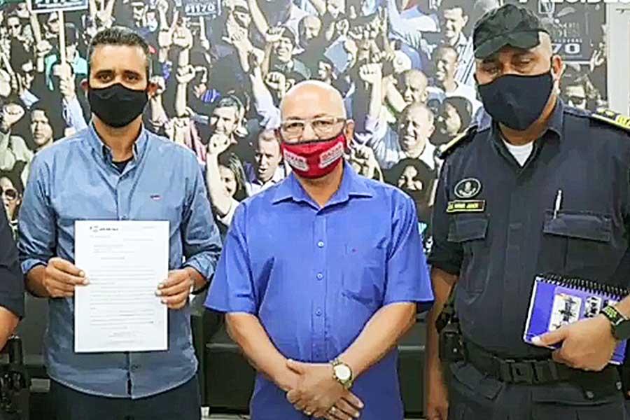 Secretário Roberto Cândido, deputado Professor Alcides e comandante da GCM de Aparecida, Weber Júnior | Foto: Reprodução