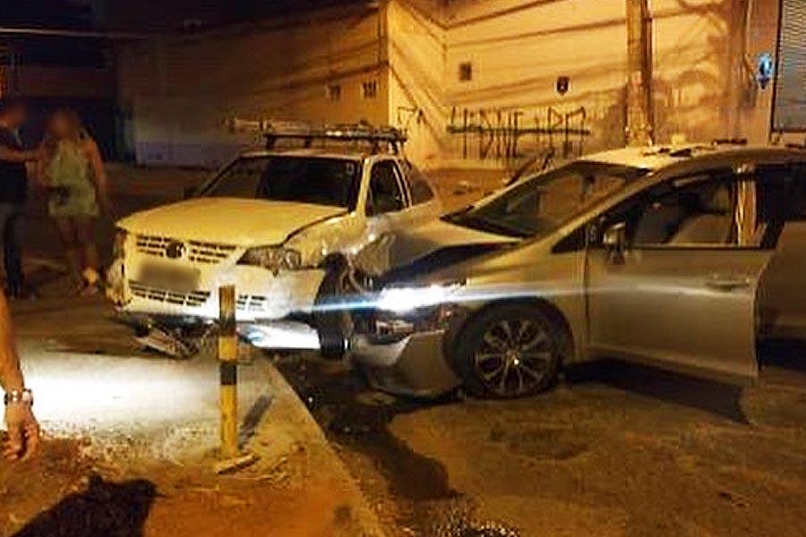 Dupla bate em carros durante fuga e acaba presa no Jardim Nova Era | Foto: Leitor / FZ